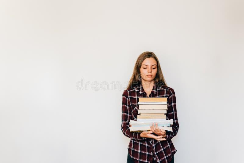 Dosyć nastoletni pozłota uczeń szkoła lub szkoła wyższa z stertą książki edukacja zdjęcie royalty free