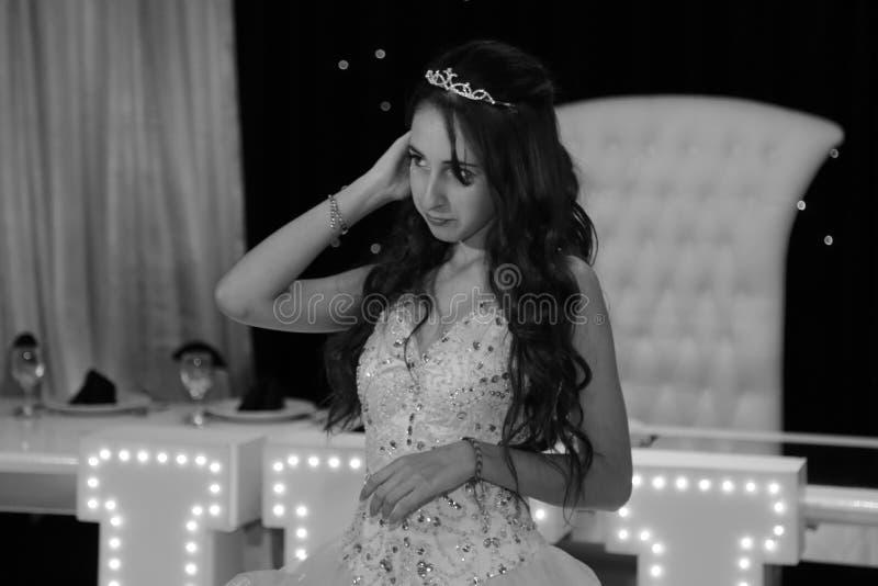 Dosyć nastoletniego quinceanera dziewczyny urodzinowa odświętność w princess sukni menchii przyjęciu, specjalny świętowanie dziew zdjęcia royalty free