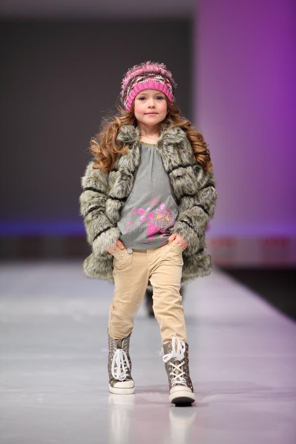 dosyć niezidentyfikowany dziecko model obraz royalty free