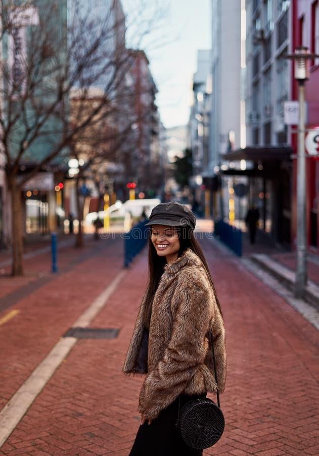 Dosyć piękna młoda brunetki kobieta na miasto ulicie obraz royalty free