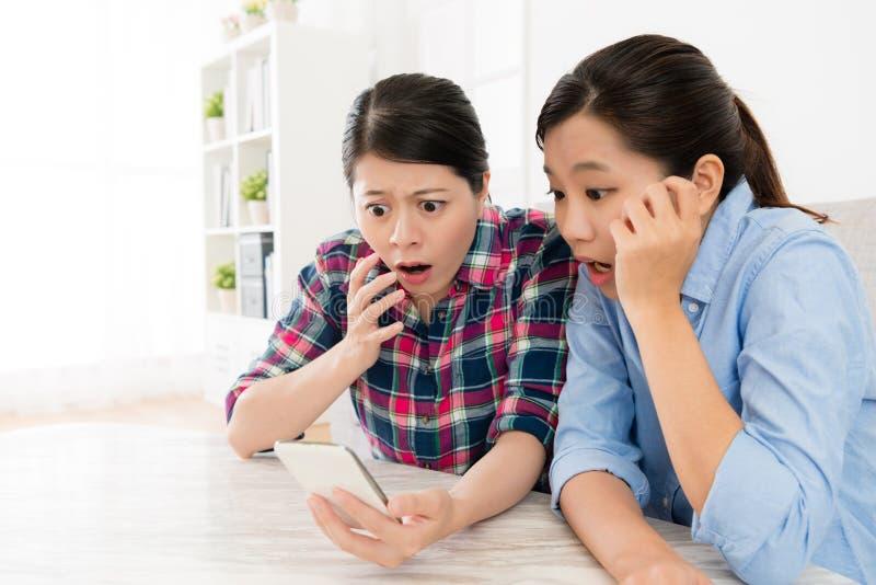 Dosyć piękne siostry używa mobilnego telefon komórkowego obrazy stock