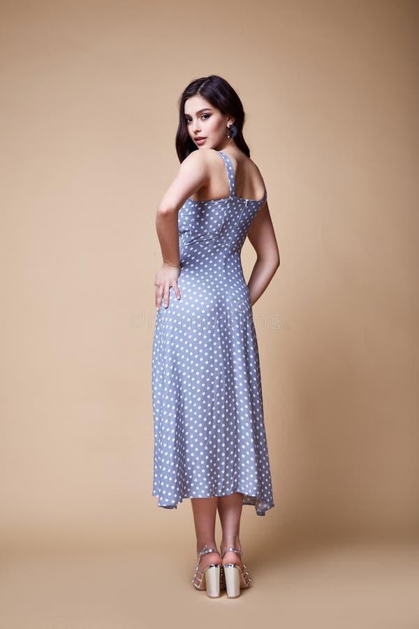 Dosyć pięknej seksownej elegancji kobiety skóry dębnika ciała mody modela splendoru pozy odzieży trendu sukni przypadkowi u obrazy royalty free