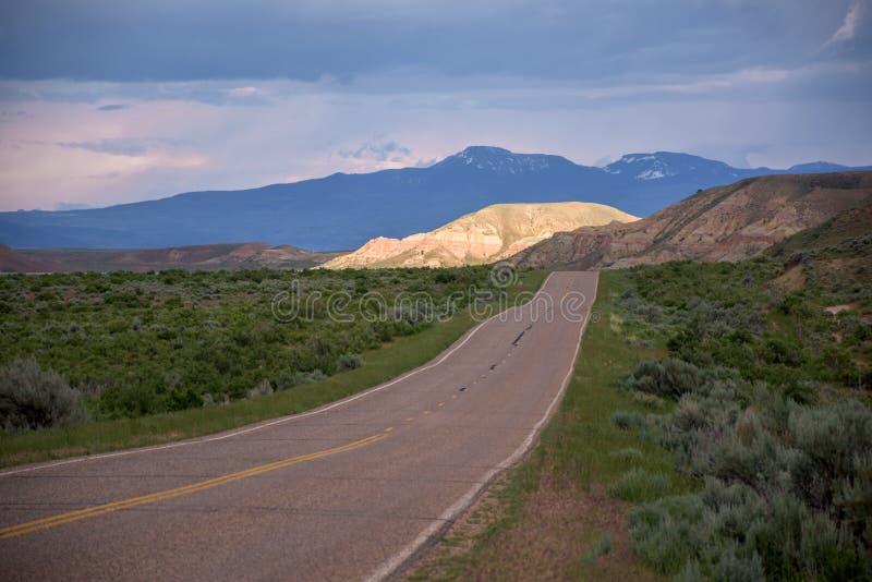 Dosyć Sceniczny widok Przewodzący W kierunku Odległej Czarnej góry W późnego popołudnia świetle słonecznym autostrada obraz royalty free