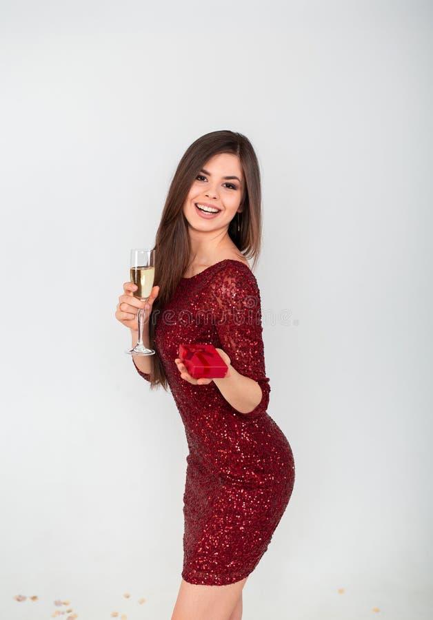 Dosyć seksowna brunetki kobieta na białym tle Piękna młoda dama patrzeje w beżowej błyskotliwość cekinów wieczór sukni obrazy stock