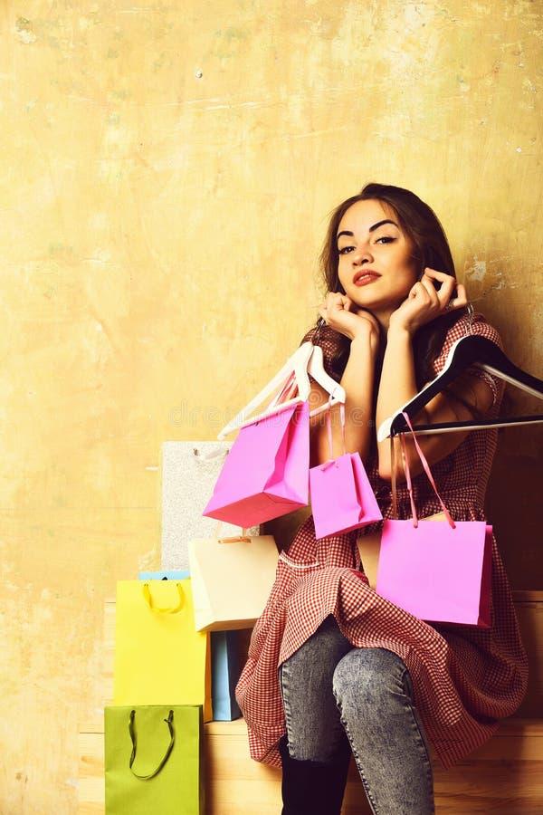 Dosyć seksowna szczęśliwa kobieta z torba na zakupy, wieszaki na schodkach zdjęcie royalty free