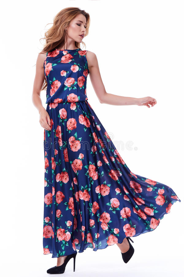 Dosyć seksownej damy mody modela blondynu odzieży jedwabiu długa suknia o obraz stock