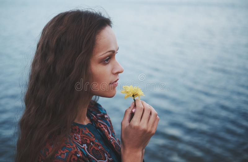Dosyć smutna osamotniona kobieta blisko wody obraz royalty free