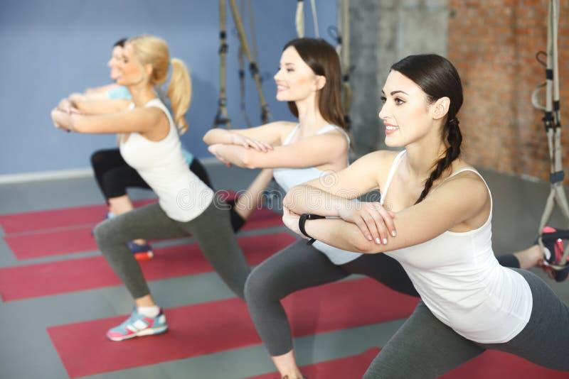 Dosyć sporty kobiety trenują z wyposażeniem zdjęcie stock