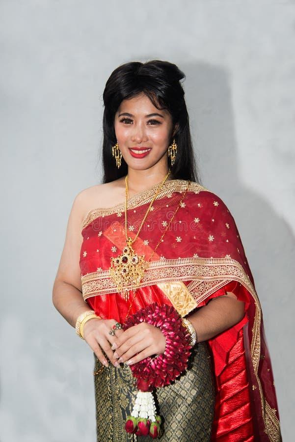 Dosyć Tajlandzka dama w Środkowej Tajlandzkiej klasycznej tradycyjnej smokingowego kostiumu pozycji i chwyt girlandzie pozuje na  zdjęcia royalty free