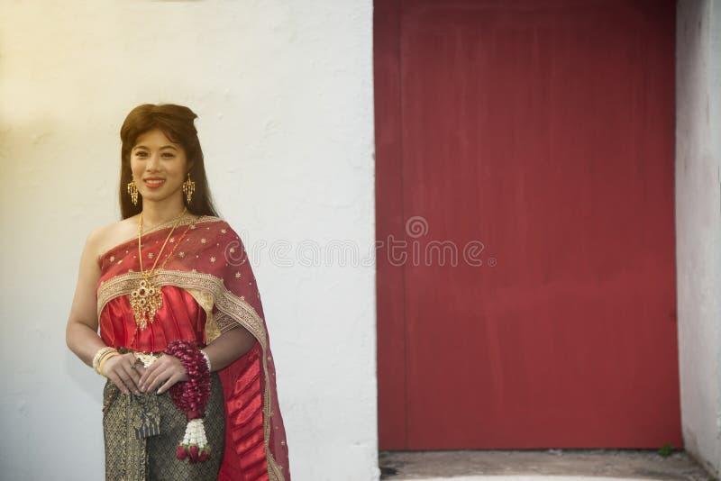 Dosyć Tajlandzka dama w Środkowej Tajlandzkiej klasycznej tradycyjnej smokingowego kostiumu pozycji i chwyt girlandzie pozuje na  fotografia stock