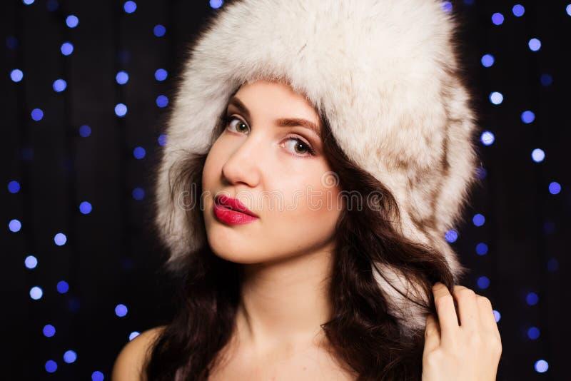 Dosyć uśmiechać się dziewczyny w owłosionym zima kapeluszu obrazy stock