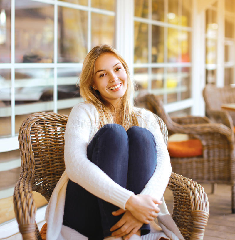 Dosyć uśmiechający się kobiety obsiadanie na karle outdoors zdjęcia royalty free