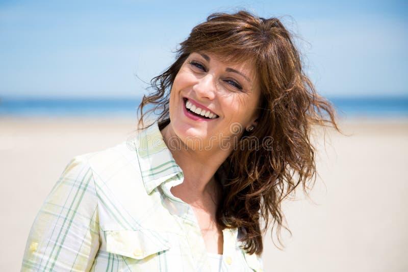 Dosyć w średnim wieku kobieta na plaży obraz royalty free