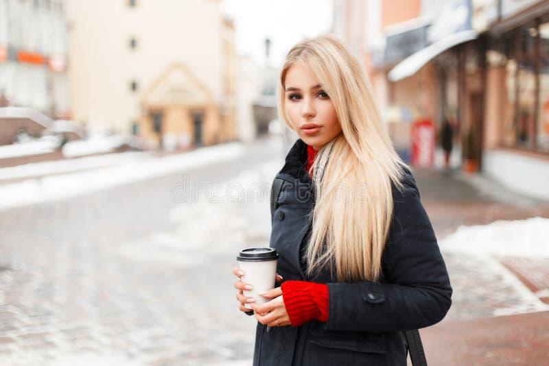 Dosyć wspaniała wzorcowa dziewczyna z kawą w mody zimie zdjęcia royalty free