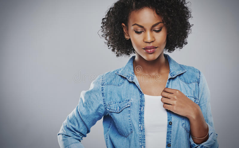 Dosyć zadumana amerykanin afrykańskiego pochodzenia kobieta zdjęcie stock