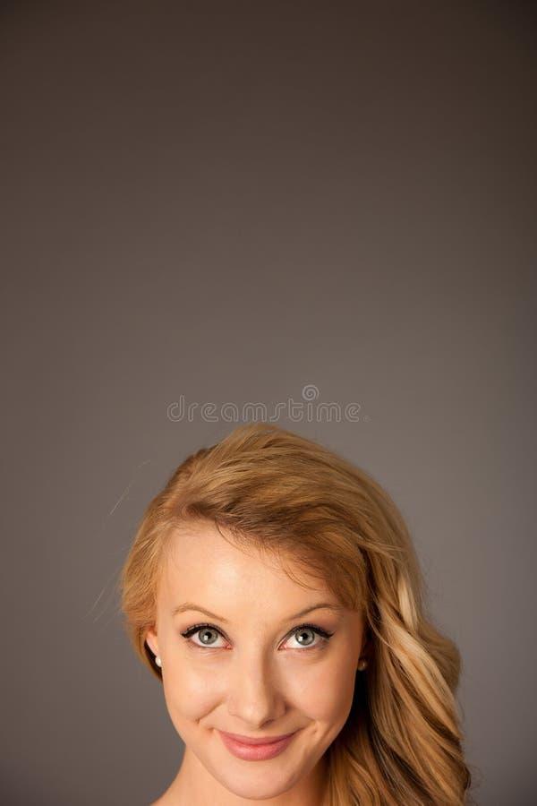 Dosyć zadumanej caucasian blondynki biznesowa kobieta patrzeje w kopię obraz royalty free