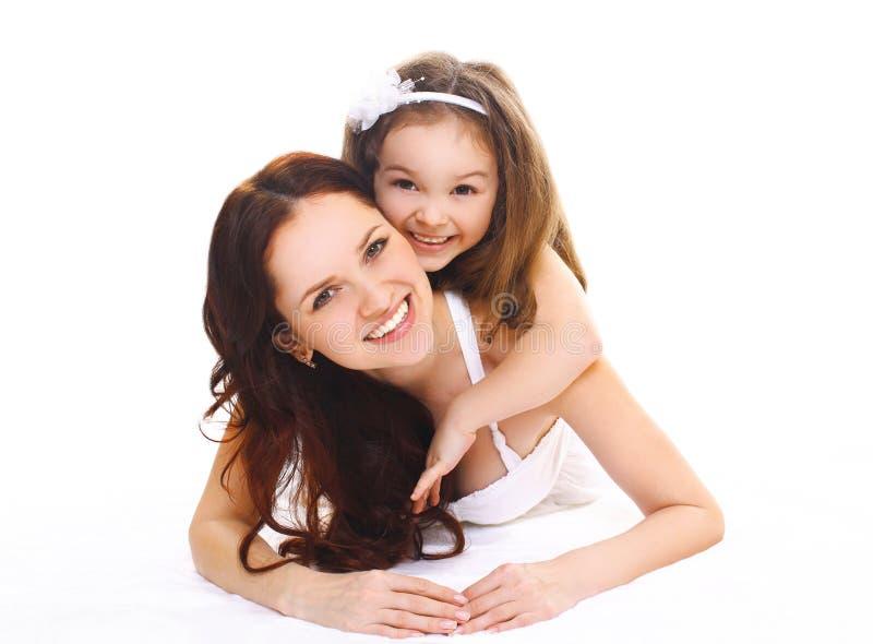 Dotter för lycklig le moder och för litet barn på en vit arkivfoton