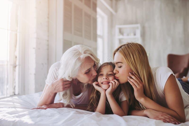 Dotter, moder och farmor hemma royaltyfria foton