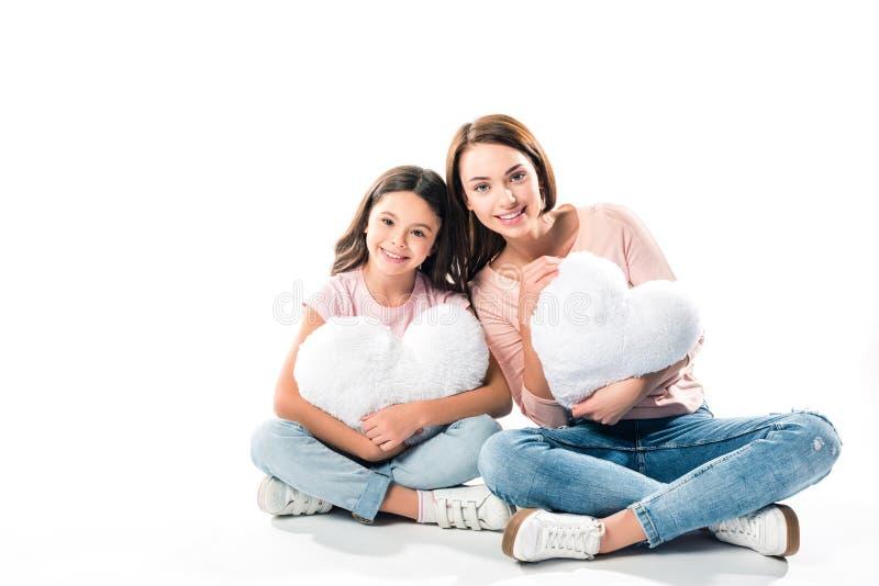 Dotter och moder med hjärta formade kuddar royaltyfri bild