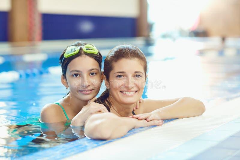 Dotter- och moderbadet i simbassängen royaltyfri foto