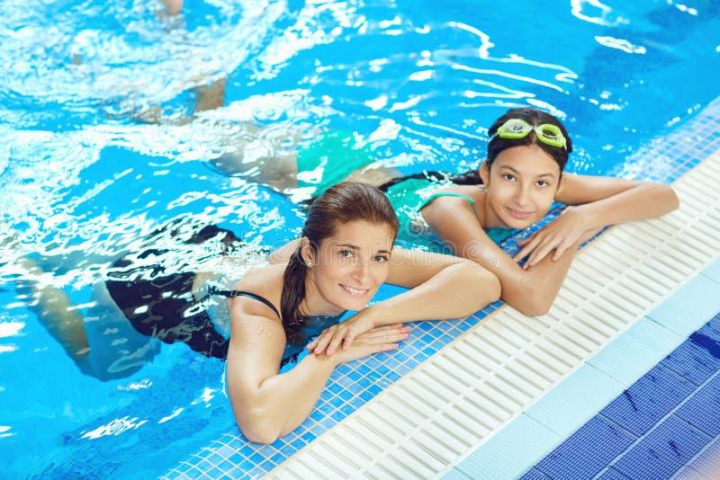 Dotter- och moderbadet i simbass?ngen fotografering för bildbyråer