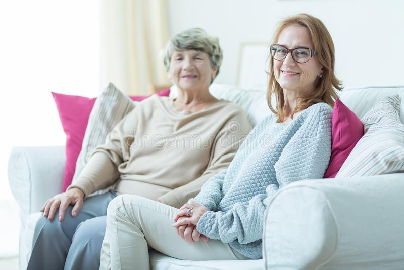 Dotter som besöker äldre moder royaltyfri fotografi