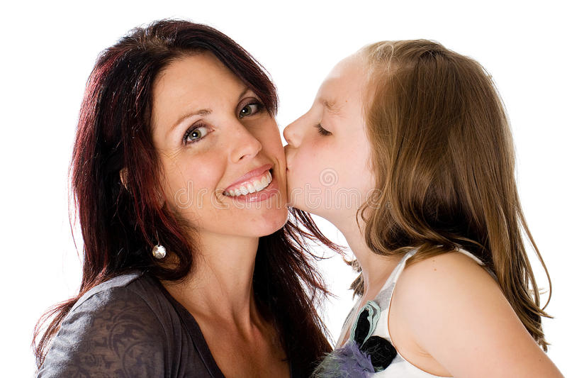 Dotter som ger Mom en kyss. arkivbilder