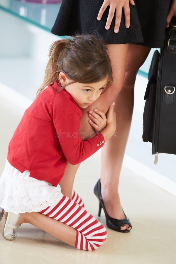Dotter som klamra sig fast intill moders ben arkivfoto
