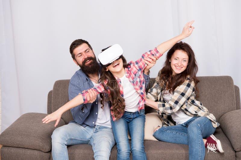 Dotter som klibbas i virtuell verklighet Lott av omgeende barn för bekymmer som använder VR-hörlurar med mikrofon Digital värld F fotografering för bildbyråer