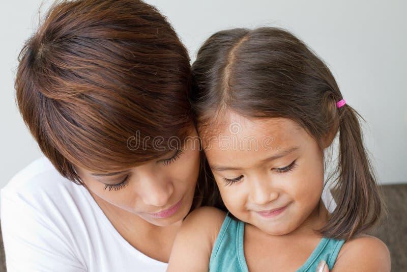 Dotter som tröstas av hennes att bry sig moder arkivfoto