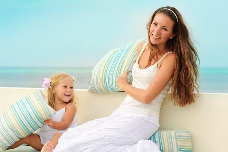 dottergyckel har henne att mother utomhus- barn arkivfoto