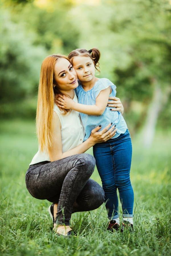 dottergyckel som har moderparken lycklig begreppsfamilj Skönhetnaturplats med utomhus- livsstil för familj lycklig familj royaltyfri fotografi