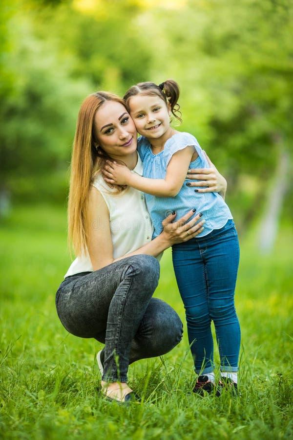 dottergyckel som har moderparken lycklig begreppsfamilj Skönhetnaturplats med utomhus- livsstil för familj lycklig familj royaltyfri foto