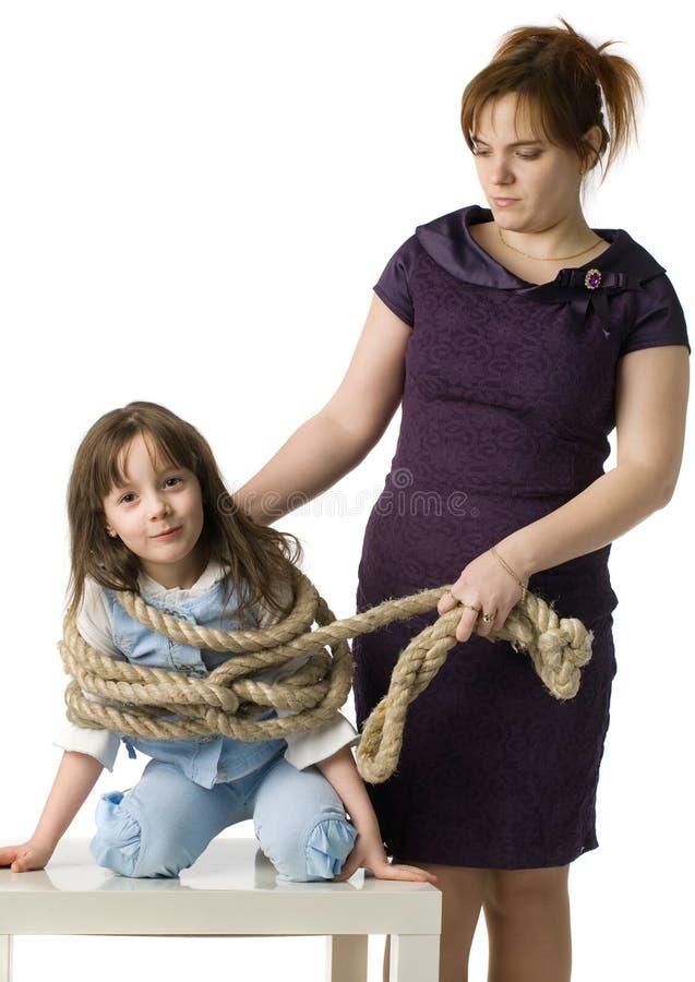 dottermodern bestraffar arkivbild