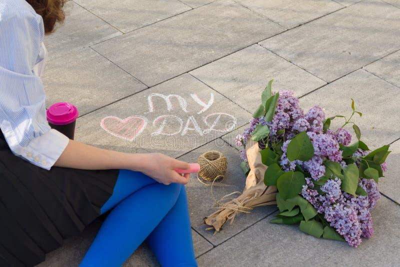 Dottern för begreppet för hälsningen för dagen för fader` s drar på asfalttexten av min förälskelsefarsa och hjärta Bakgrundsbuke royaltyfri fotografi