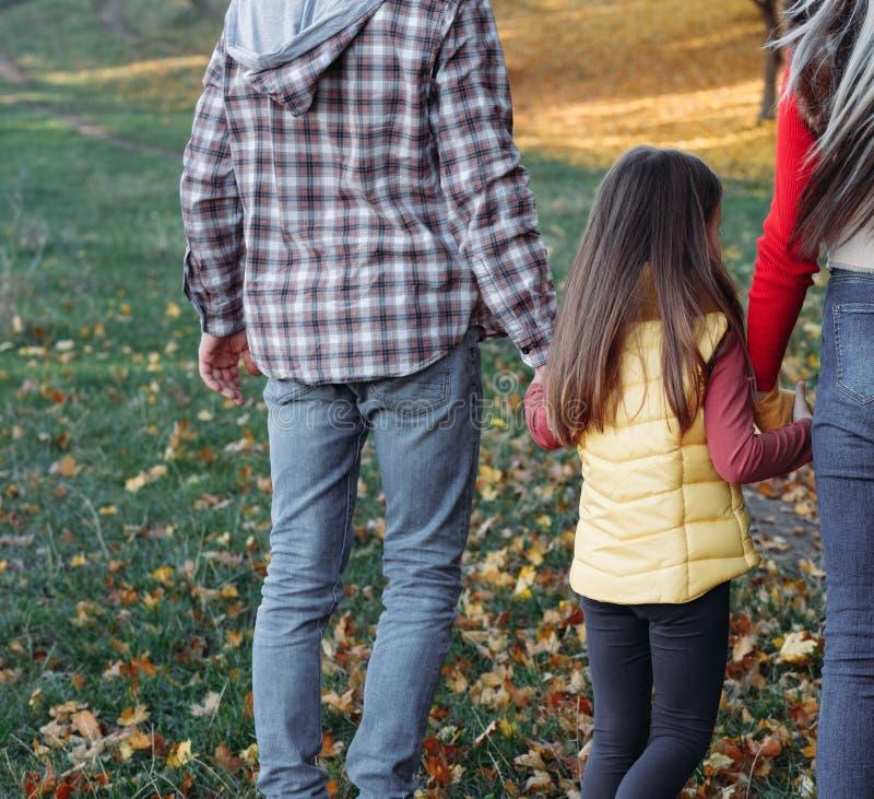 Dottern för nedgångfritidföräldrar som går naturen, parkerar royaltyfri foto