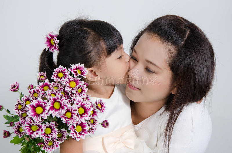 Dottern kysser henne modern royaltyfri foto