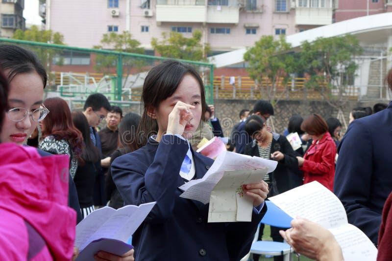 Dottern läser deras vuxna ceremoniella brev för förälder`, Adobe rgb royaltyfria bilder