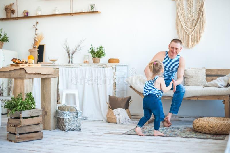 Dottern med fadern i rummet av köket spelar Förhållande i familjen farsaflicka little som leker arkivbild