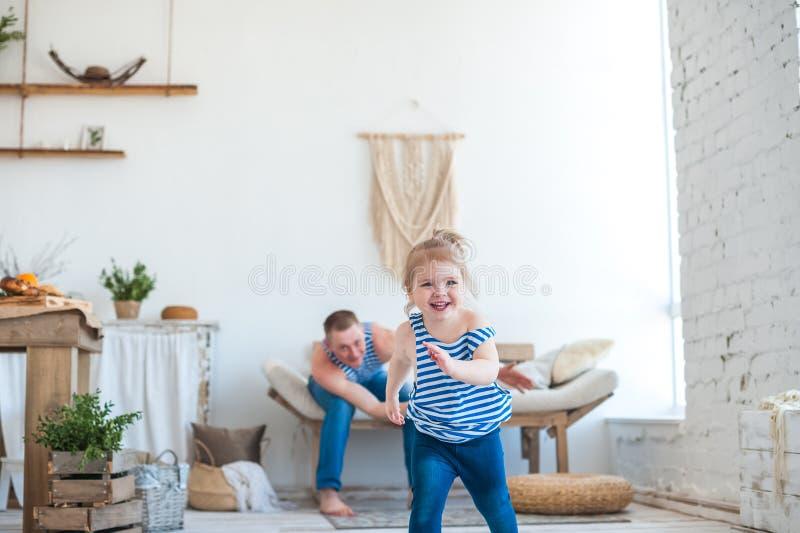 Dottern med fadern i rummet av köket spelar Förhållande i familjen farsaflicka little som leker arkivfoton