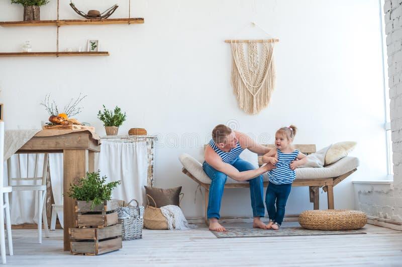 Dottern med fadern i rummet av köket spelar Förhållande i familjen farsaflicka little som leker royaltyfri bild