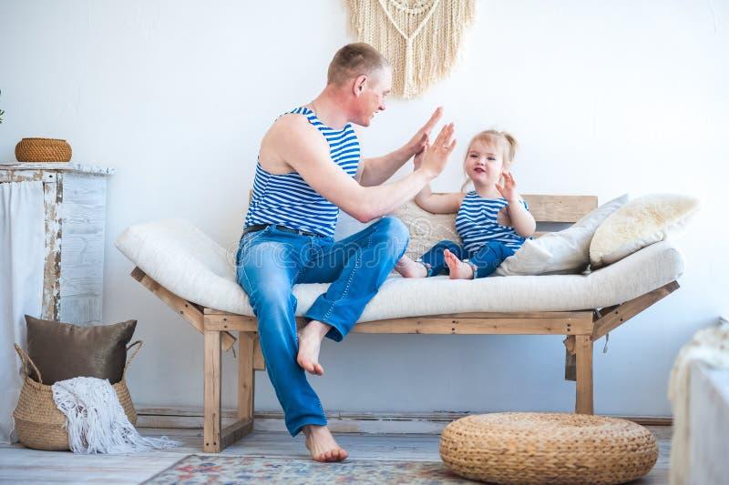 Dottern med fadern i rummet av köket spelar Förhållande i familjen farsaflicka little som leker arkivbilder