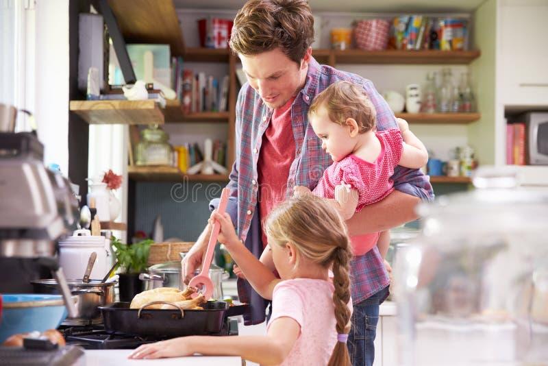 Dotterportionfader To Cook Meal i kök royaltyfria bilder