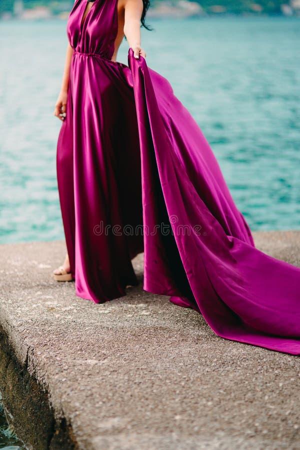 Dotyka suknię Panna młoda macha jej suknię Trzepotliwa suknia obraz royalty free