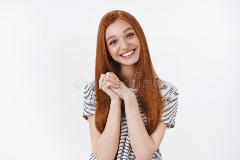 Dotykający czarujący ślicznych szczęśliwych beztroskich młodych imbirowych dziewczyn niebieskie oczy przechyla głowy filiżanki rę zdjęcia stock