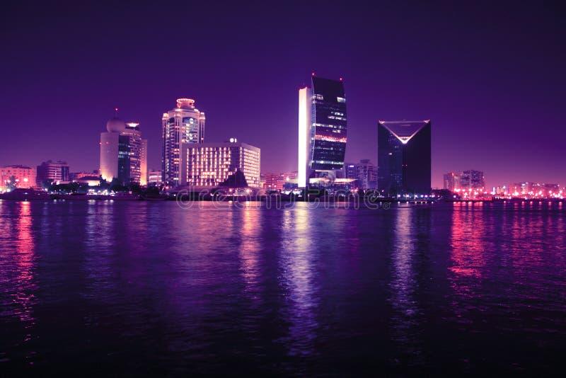 Doubai bij nacht, verenigde Arabische emiraten stock foto