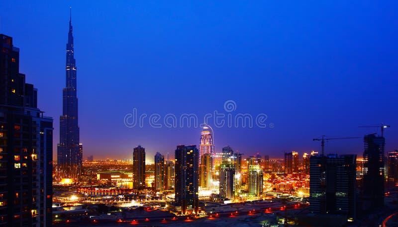 Doubai de stad in bij nacht royalty-vrije stock afbeeldingen