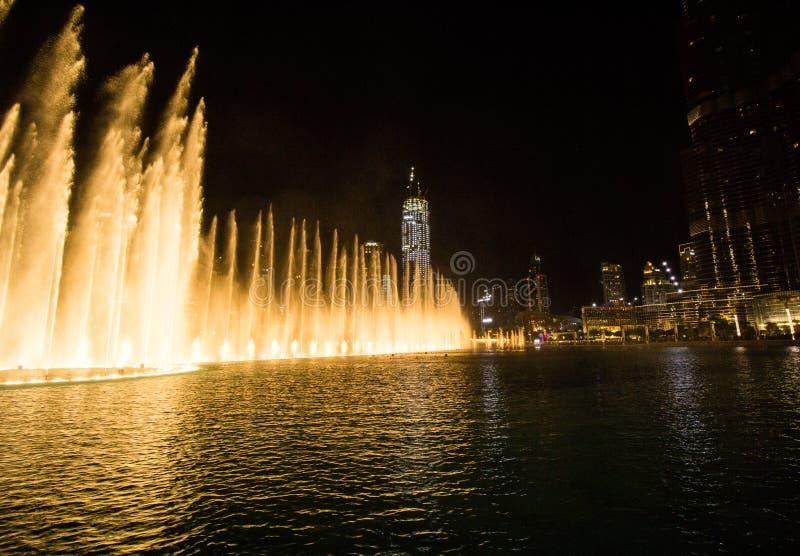 Doubai, de V.A.E - 7 December, 2018: zingende fonteinen in Doubai stock afbeelding