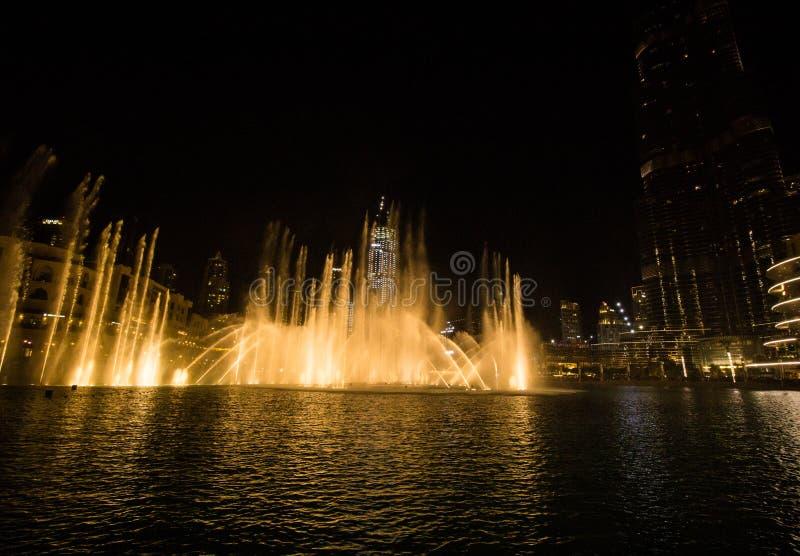 Doubai, de V.A.E - 7 December, 2018: zingende fonteinen in Doubai stock foto's
