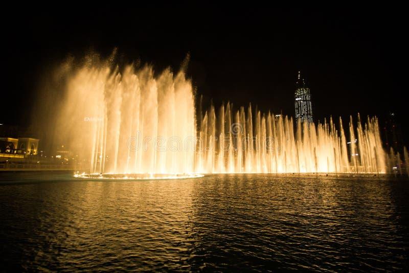 Doubai, de V.A.E - 7 December, 2018: zingende fonteinen in Doubai royalty-vrije stock foto